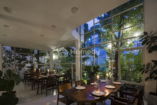 """ngôi nhà cũ lột xác nhờ lớp """"vỏ"""" đầy cây xanh và kính tại Sài Gòn"""
