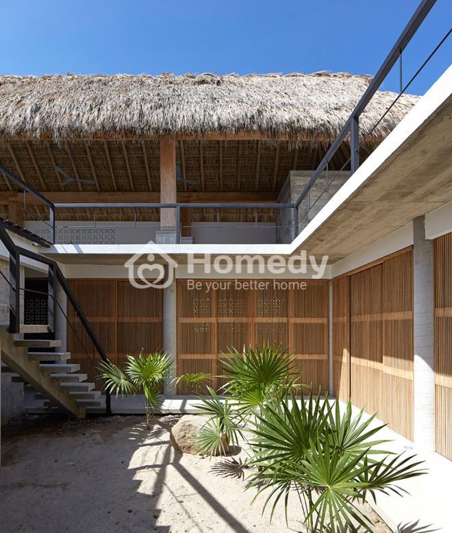 Biệt thự mái lá có bể bơi ở hiên tầng 2